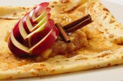 Crêpe con la mela e il cinamon immagini stock libere da diritti