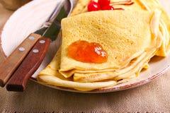 Crêpe con marmellata d'arance sul piatto Fotografie Stock Libere da Diritti