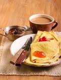 Crêpe con marmellata d'arance sul piatto Immagini Stock