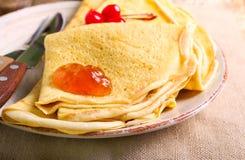 Crêpe con marmellata d'arance sul piatto, Fotografie Stock
