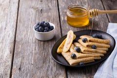 Crêpe con miele su fondo di legno Fotografia Stock Libera da Diritti
