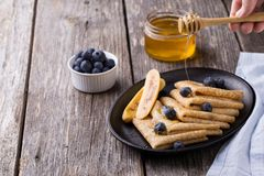 Crêpe con miele su fondo di legno Immagini Stock