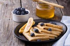 Crêpe con miele su fondo di legno Immagini Stock Libere da Diritti