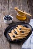 Crêpe con miele su fondo di legno Fotografia Stock