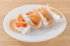Crêpe croustillante thaïlandaise avec de la crème de noix de coco et la noix de coco déchiquetée salée image libre de droits