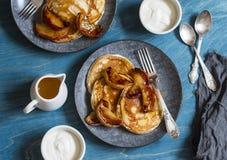 Crêpe de babeurre avec les pommes rôties de cannelle de miel Petit déjeuner délicieux sur une table en bois images libres de droits