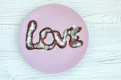 Crêpe de chocolat d'un plat sur un fond blanc Sug en poudre Photo libre de droits