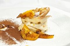Crêpe de crêpe avec la crème fouettée Photographie stock