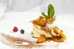 Crêpe de crêpe avec la crème fouettée Photo stock
