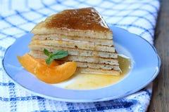 Crêpe de gâteau de tranche images stock