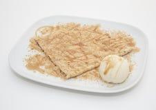 Crêpe de miel avec la crème glacée  Photographie stock