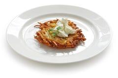 Crêpe de pomme de terre avec de la crème aigre Image libre de droits