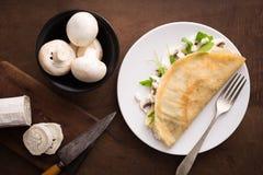 Crêpe dei funghi e del formaggio con insalata Fotografie Stock Libere da Diritti