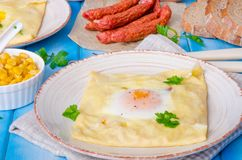 Crêpe del pancake con l'uovo, il formaggio, il mais e la salsiccia Fotografia Stock