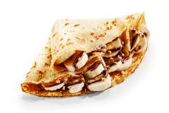 Crêpe del pancake della banana con cioccolato ed i dadi immagini stock libere da diritti