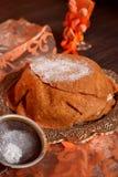 Crêpe della torta con zucchero in polvere su un fondo nero con il panno arancio Fotografia Stock Libera da Diritti