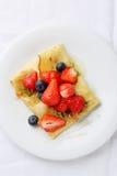 Crêpe francesi con le bacche fresche di estate fotografie stock