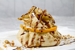 Crêpe frite avec l'orange et les écrous Photos libres de droits