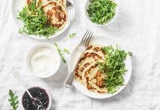Crêpe gratuite et arugula de pois chiche de gluten Petit déjeuner ou casse-croûte d'alimentation saine sur le fond blanc photo stock