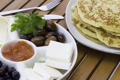 Crêpe o pancake con inceppamento, oliva e formaggio Immagini Stock
