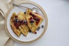 Crêpe o pancake con sciroppo e le bacche fresche Vista superiore fotografia stock libera da diritti