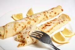 Crêpe ou crepe anglais, sucre, citron et fourchette Images stock