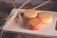 crêpe ou Dorayaki sur le fond en bois Images stock