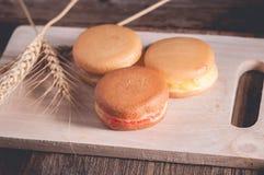 crêpe ou Dorayaki sur le fond en bois Photos libres de droits
