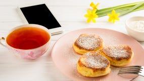 Crêpe, thé, fleurs et smartphone sur un fond blanc Photo stock