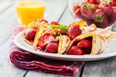 Crêpe tradizionali serviti con le fragole Immagini Stock