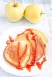 Crêpes épaisses avec le sirop doux photo stock