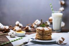 Crêpes américaines d'un plat avec la menthe Photographie stock