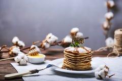 Crêpes américaines d'un plat avec la menthe Photo libre de droits