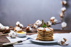 Crêpes américaines d'un plat avec la menthe Image libre de droits