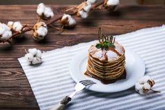 Crêpes américaines d'un plat avec la menthe Images libres de droits