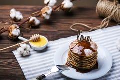 Crêpes américaines d'un plat avec la menthe Images stock