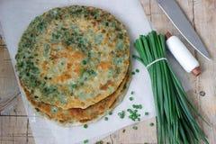 Crêpes appétissantes faites maison d'oignon blanc et un groupe d'oignons verts Type rustique Image libre de droits