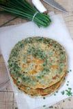 Crêpes appétissantes faites maison d'oignon blanc et un groupe d'oignons verts Type rustique Photographie stock libre de droits