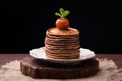 Crêpes avec de la confiture chinoise de pommes Photo stock