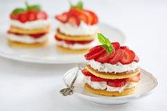 Crêpes avec de la crème et les fraises fouettées Image libre de droits