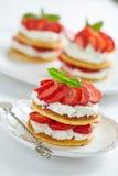 Crêpes avec de la crème et les fraises fouettées Photographie stock