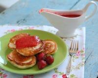 Crêpes avec des fraises Photos libres de droits
