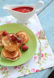Crêpes avec des fraises Photographie stock libre de droits