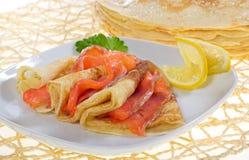 Crêpes avec des saumons Photographie stock