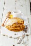 Crêpes avec du beurre et le miel Photo stock