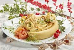 Crêpes avec du fromage et des saumons photo stock
