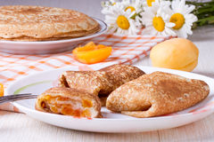 Crêpes avec du fromage et l'abricot sec Photos libres de droits