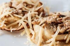 Crêpes avec du fromage, la viande et le plan rapproché de champignons photos stock