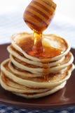 Crêpes avec du miel Photographie stock libre de droits