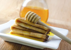 Crêpes avec du miel images stock